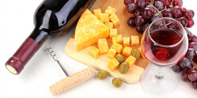 Vyzkoušejte neodolatelné sýrové chuťovky k vínu
