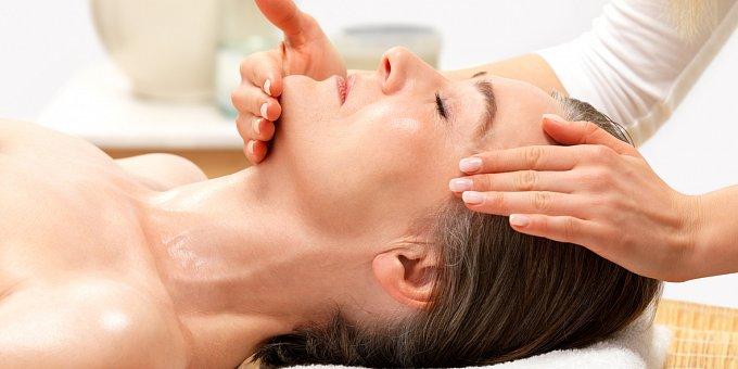 Povislá kůže v obličeji: Pomůžou masáž, vitamín E i vajíčka