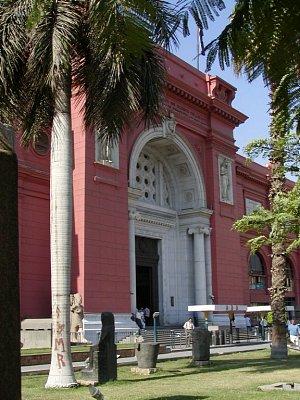 Egyptské muzeum - Typické červenou fasádou a rozsáhlou expozicí :-)