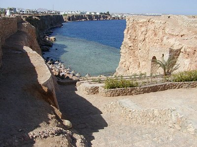 Část pobřeží v Sharmu - Část pobřeží v Sharmu a pláž