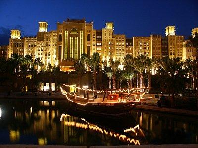 Medinat Jumeirah - Osvětlený hotel v noci