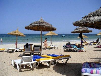 Tuniská pláž se slunečníky