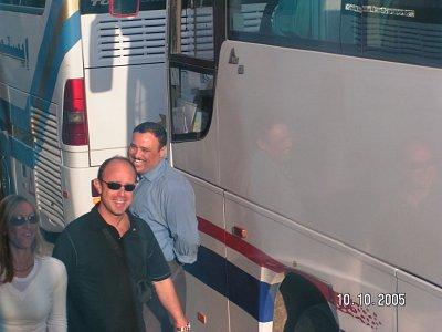 Muž vzadu - řidič autobusu - Řidič pro cestu do Luxoru-v době ramadánu,jak známo od svítání do soumraku nehedí ani nepijí!!! Opravdu se strachem jsme ráno v Marsa Alamu nasedali do autobusu s tímto řidičem a vydali se přes seřadiště konvoje v Safaze do Luxoru a zpět!!!Pro info - vyjeli jsme v 5.00h ráno a řidič poprvé jedl a pil v 18.30 večer(a to v tom všudypřítomném vedru)....