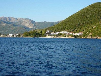Vasiliki - celkový pohled - Pohled z lodi na Vasiliki a hory za ním.