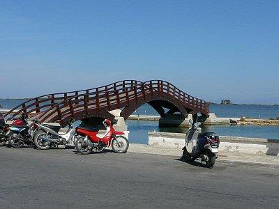Lefkada  - hl. město_1 - Most, který asi nechybí ve fotografiích nikoho kdo hlavní město navštívil..