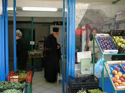 Lefkada - hl. město_7 - Ta krásná žena mířila do zeleniny, možná pro lilek ?