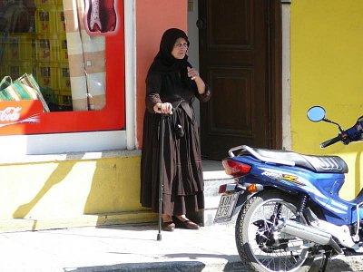 Lefkada - hl. město_9 - Slušel by jí víc oslík, ale v dohledu byly jem motorky...