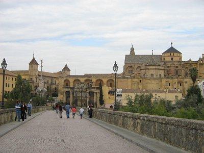 Pohled na mešitu a vítězný oblouk z Římského mostu