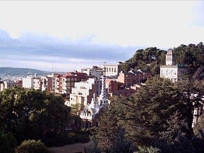 pohled na město z vyhlídky v parku Güell