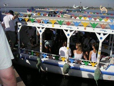 Feluka převážející turisty na západní břeh (nahrál: admin)