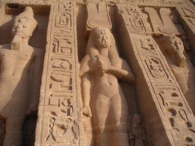 Detail průčelí chrámu zasvěceného Nefertari (nahrál: admin)