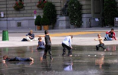 Bundesplatz - a když je teplo, tak mají největší potěšení děti (nahrál: ryba)