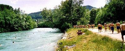 Aare - Za Bundeshausem, 10 min. pěšky a jste na koupališti Marzili. Na koupališti jsou bazény, ale když je teplá Aare, chodí se až 2km proti proudu, který je tak silný, že to nazpět uplavete za 10 minut. (nahrál: ryba)