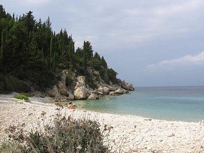 Pláž Lakkos - blíž než Monodendri, špatný přístup - strmou pěšinou a obtížně se hledá. (nahrál: LenkaK)
