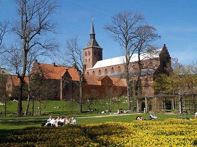 zahrada a kostel v Odense (nahrál: admin)