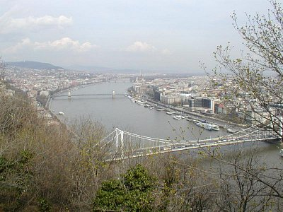 Budapest - Dunaj - Vpředu- řetězový most Nalevo-Budín, napravo-Pešť (nahrál: Slávek)
