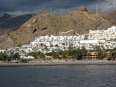 Playa de Cura - Z lodi vidíme apartmány Curasol (nahrál: Jana)