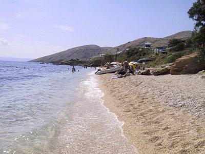 o. Krk-Stará Baška - Pláž u kempu Škrila, hned u vjezdu do vesničky. Dá se sem jezdit na koupání i z jiných částí ostrova (nahrál: iva2709)