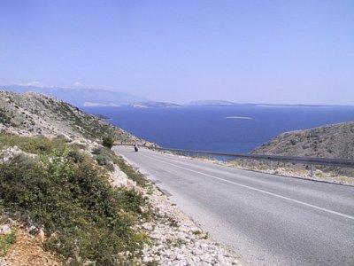o. Krk - Cesta z Punatu do Staré Bašky, v pozadí ostrovvy Grgur. Ráb a pohoří Velebit na pevnině. (nahrál: iva2709)