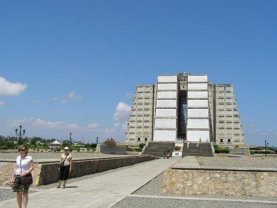 Kolumbov maják - Je to rozporuplná stavba postavená pri 500. výročí objavenia Ameriky v r.1992.V noci osvetľuje oblohu laserovými lúčmi. (nahrál: V.Revický)
