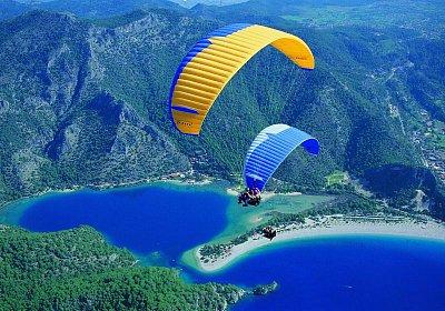 Oludeniz - paragliding - Nejpopularnejsi aktivita- paragliding z hory Babadag. (nahrál: Danule)