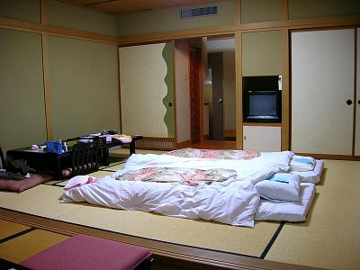 Rozestlaná postel v ryokanu (nahrál: admin)