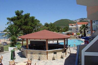Z balkonu hotelu Rachoni Bay - Bazén se sladkou vodou, dostatek lehátek i stínu, fungující venkovní bufet (nápoje i jednoduchá jídla) (nahrál: Milan Pokorný)