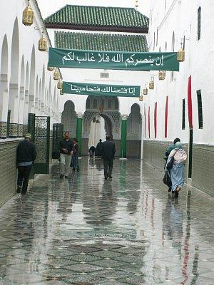 Hrobka a zaouia Moulaye Idrisse - Tudy se jde k hrobce Moulaye Idrisse. Bohužel pro nevěřící je sem vstup zakázán. (nahrál: Petr Kubík)