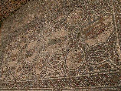 Mozaika Bakcha a čtyř ročních období - Mozaika Bakcha a čtyř ročních období je skutečným mistrovským dílem. Její vznik se datuje do pozdního druhého, nebo raného třetího století našeho letopočtu a očividně šlo o velmi závažnou uměleckou zakázku. (nahrál: Petr Kubík)