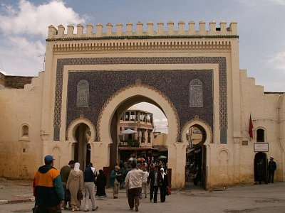 Bab Boujeloud - je hlavním vstupem do mediny. Její kachlíková fasáda svítí na vnější straně modrou barvou (tradiční barva města Fés) a na vnitřní zelenou barvou (barva islámu).  (nahrál: Petr Kubík)