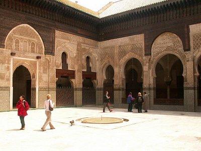 Medersa Bou Inania - byla poslední a největší z meders, které nechali postavit sultáni dynastie Merenidů. Féská stavba je podstatně nádhernější, než její jmenovkyně v Meknésu, která byla dobudována stejným patronem . sultánem Abou Inanem (1351 - 1358). (nahrál: Petr Kubík)
