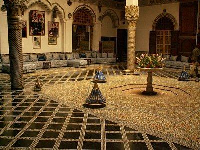 Palác Mnebhi - byl vystavěn pro Mnebhiho, ministra obrany sultána Moulaye Abdelazize na počátku 20. století. Byl první oficiální rezidencí generála Lyauteye v roce 1912. Lyautey se snažil během francouzské nadvlády nenarušovat marocké  tradice a zvyky a neničit architekturu, proto se v Maroku přes francouzskou nadvládu zachovalo původní uspořádání měst a původní podoba medin. Dům má bohatou štukovou výzdobu, vyřezávané stropy a nádherné mozaiky (zellij).  (nahrál: Petr Kubík)