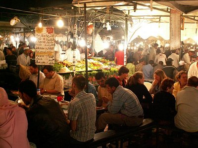Jemaa El Fna - Večer se náměstí mění na skutečný karneval hudebníků, klaunů a pouličních bavičů. Také se pokryje spoustou světel, kouře z připravovaných jídel a stánků s občerstvením. (nahrál: Petr Kubík)