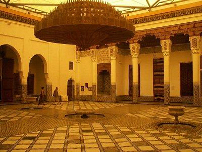 Muzeum Marrákeše - Muzeum je umístěno v paláci Dar Mnebbi z pozdního 19. století. Palác byl postaven pro Mehdi Mnebbiho, ministra obrany za vlády Moulaye Abdelazize (1894 - 1908), jenž se později stal marockým ambasadorem v Londýně, po té se usadil v Tangieru a prodal svůj palác T\'hami El Glaouiovi, marrákešskému pašovi. Po získání nezávislosti roku 1956 byl palác zkonfiskován státem a po mnoho let chátral. (nahrál: Petr Kubík)