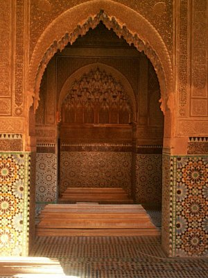 Hrobky Saadovců - Něco jako pohřebiště existovalo za královským palácem i před Saadovci, ale zde jsou nejstarší hrobky datovány od roku 1557 a všechny hlavní stavby vznikly za vlády sultána Ahmeda El Mansoura. Toto místo je vlastně současníkem medersy Ben Youssef a při pohledu na něj se před vašimi zraky odhalí záblesky bývalého bohatství a výstřednosti paláce El Badi.  To že hrobky unikly systematickému plundrování Moulaye Ismaila bylo pravděpodobně dáno jeho pověrčivostí, neboť se spokojil se zničením celého okolí, kromě tmavého vchodu ze strany mešity.   (nahrál: Petr Kubík)