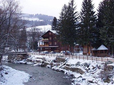 Jasiňa - zimní pohled na turbázu Edelvajs (nahrál: Kamil Hainc)