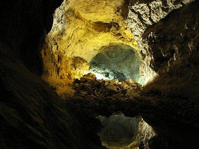 Cueva de los Verdes - Jeskyně ořech podlažích stvořená sopečnou činnosti.Vyborna akustika a optika,V dávných dobách používana jako odbrana proti nepřátelům na fotu optický pohled Lanzarote leden 09 (nahrál: Edita)