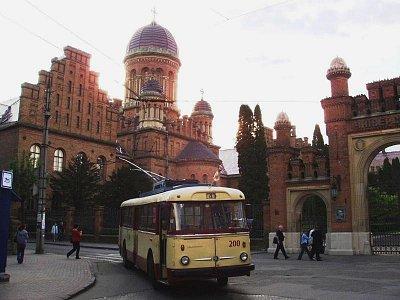 """podvečerní pohled na dvě """"české stopy"""" - univerzita a trolejbus Škoda (nahrál: Kamil Hainc)"""