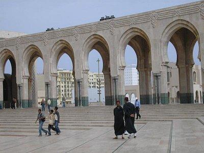 nádvoří mešity se strážci