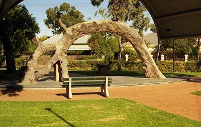 Glenelg - The Old Gum Tree Zde byla podepsaná deklarace o založení kolonie Jižní Austrálie - kulturní památka (nahrál: Luboš)