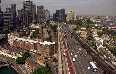 Pohled z vyhlídkového ochozu na pilíři - Záběr na dálnici směrem na jih (nahrál: Luboš)