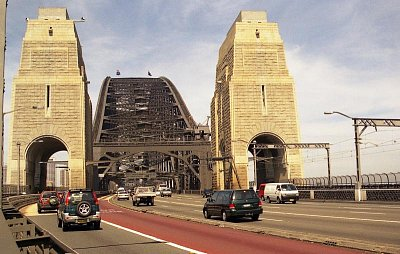 Severní nájezd na most - Skupiny zájemců se mohou vydat s průvodcem i na pěší trasu po oblouku mostu (nahrál: Luboš)
