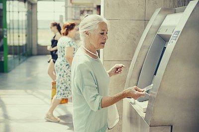 Pokud si v zahraničí vybíráte z bankomatu, dejte si pozor na to, v jakém měnovém kurzu transakci provádíte.