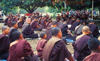 Dvakrát denně se scházíme poblíž opatova stanu a receitujeme v záhadném jazyce zakladatelky kláštera Lungpo Yai. (nahrál: Bohumil Prazský)