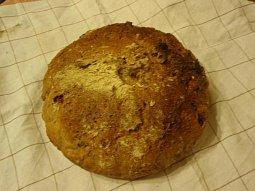 Domácí chléb se sušenými rajčaty, olivami a capari