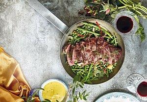 Flank steak s hráškem a fazolkami