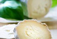 Salát s rozpečeným kozím sýrem