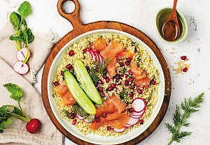 Quinoa salát s uzeným lososem