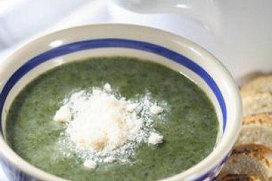 Jarní polévky ze zeleniny: Chřestová, špenátová nebo studená okurková