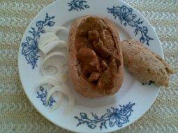 Vepřový guláš (nejen) s husími játry v chlebu